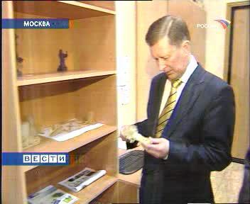 Сергей Иванов рассматривает модель, полученную лазерной стереолитографией на кафедре ТЛП МИСиС