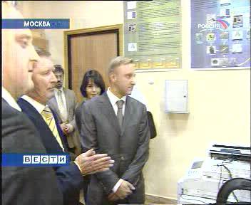 Сергей Иванов знакомится с оборудованием быстрого прототипирования на кафедре ТЛП МИСиС